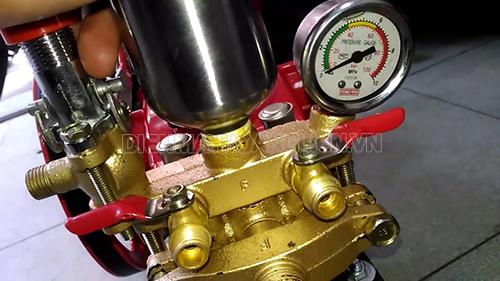Kiểm tra tình trạng của đầu bơm máy rửa xe