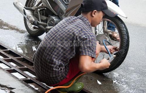 Nếu bánh xe non hơi thì bạn cần bơm thêm hơi để xe chạy ổn định