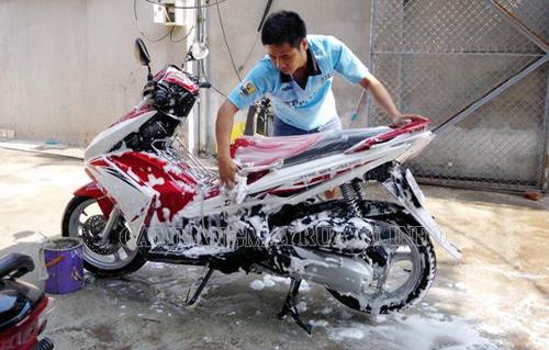 Rửa xe tay ga bằng dung dịch tẩy rửa chuyên dụng giúp bảo vệ xe tốt hơn