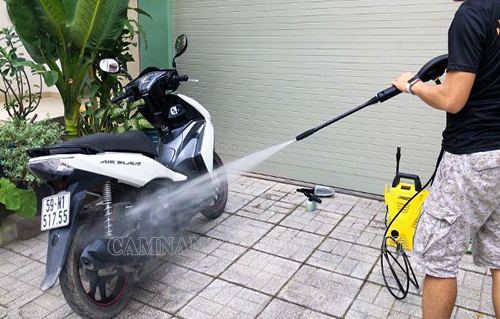 Tránh xịt vòi nước có áp lực mạnh khi rửa xe tay ga