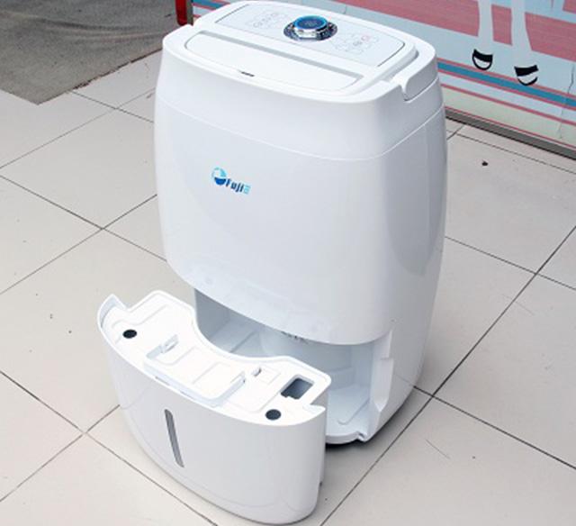 Tháo khay chứa nước thải để vệ sinh