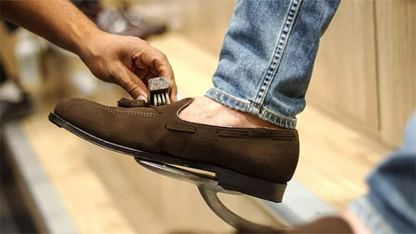 đánh giày da lộn như thế nào