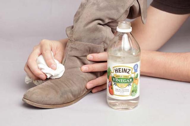 Sử dụng các phương pháp không nước để vệ sinh giày da lộn