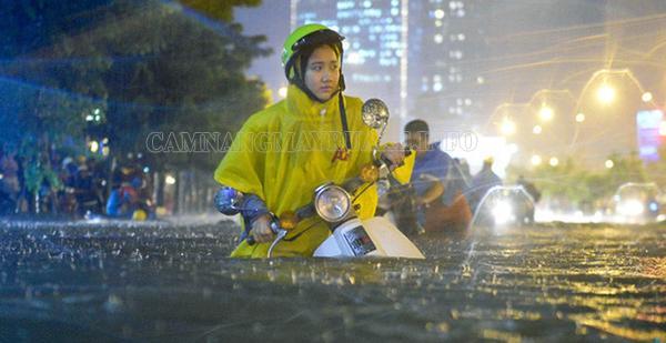Nên dắt xe máy qua vùng bị ngập nước