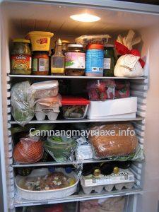 Ngăn đá chứa nhiều đồ ăn là nguyên nhân khiến tủ lạnh k đóng đá